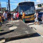 Motorista derruba abrigo de ônibus e oito pessoas ficam feridas