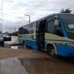 Adutora localizada em Aracaju volta a romper e ônibus fica preso em cratera