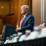 Trump desiste de reabrir comércio dos EUA em abril