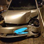 Motorista perde o controle da direção, colide contra poste e abandona veículo em Aracaju