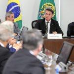 Bolsonaro veta aumento para funcionalismo até o fim de 2021 e sanciona socorro a estados